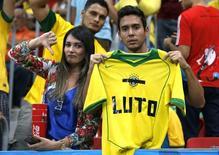 Torcedores lamentam desempenho da seleção brasileira na Copa do Mundo. 12/07/2014REUTERS/Jorge Silva
