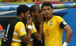 Hulk e Neymar conversam com Thiago Silva. 12/07/2014  REUTERS/Ueslei Marcelino