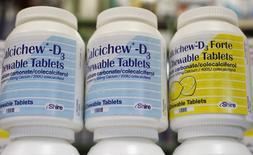 Le groupe pharmaceutique britannique Shire souhaite que l'américain AbbVie relève encore sa proposition de rachat pour la porter autour de 31 milliards de livres (39 milliards d'euros), soit 53 livres par action, selon plusieurs sources proches du dossier. /Photo prise le 11 juillet 2014/REUTERS/Suzanne Plunkett