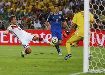 Jogador Mario Goetze chuta e marca gol da vitória da Alemanha sobre a Argentina no Maracanã. 13/7/2014. REUTERS/Kai Pfaffenbach