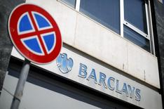 Le directeur général de Barclays, Antony Jenkins, devra prendre d'ici quelques jours l'une des décisions les plus importantes depuis son arrivée à la tête de la banque britannique, en contestant ou pas les accusations de tromperie et de fraude aux dépens de certains clients aux Etats-Unis. /Photo prise le 8 mai  2014/REUTERS/Max Rossi