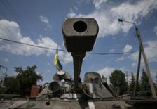 Бронетехника украинской армии в Северске, 12 июля 2014 года. Украинские власти заявили в понедельник, что воюющая с пророссийскими сепаратистами на востоке армия прорвала блокаду стратегически важного аэропорта в Луганске. REUTERS/Gleb Garanich