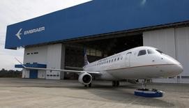 Le brésilien Embraer, troisième avionneur mondial, a annoncé lundi une commande pouvant aller jusqu'à 100 avions, complétant des livraisons à leur plus haut niveau en deux ans et propulsant son action à un niveau record. /Photo prise le 12 mars 2014/REUTERS/Paulo Whitaker