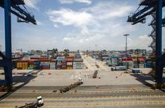 Le port de Nansha, à Guangzhou, en Chine.. L'Organisation mondiale du Commerce a donné lundi raison à Pékin qui reprochait à Washington d'imposer des droits de douane jugés trop élevés sur une vaste gamme de produits chinois, des panneaux solaires notamment. /Photo prise le 26 juin 2014/REUTERS/Alex Lee