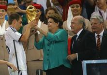 Presidente Dilma Rousseff entrega taça da Copa do Mundo ao capitão da seleção alemã, Lahm. 13/07/2014 REUTERS/Kai Pfaffenbach