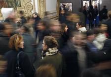 Пассажиры на станции московского метрополитена, 27 октября 2011 года. Несколько вагонов сошли с рельсов на синей ветке московского метро в результате резкого торможения состава, сказал представитель МЧС; российские агентства передают, что в результате аварии пострадали от 15 до 70 человек, в одном из вагонов заблокированы около 20 человек. REUTERS/Anton Golubev