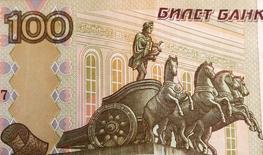 Фрагмент сторублевой банкноты, Москва, 8 июля 2014 года. Рубль торгуется с минимальными изменениями при низкой рыночной активности на дневной сессии вторника перед полугодовым отчетом главы ФРС США. REUTERS/Sergei Karpukhin