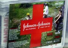 Johnson & Johnson a dégagé au premier trimestre un chiffre d'affaires et un bénéfice meilleurs que prévu, grâce entre autres aux ventes solides de nouveaux médicaments vendus sur ordonnance, dont l'Olysio, un traitement de l'hépatite C. /Photo d'archives/REUTERS/Rick Wilking