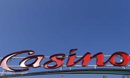 Casino a fait mieux qu'attendu au deuxième trimestre, porté par une forte progression de ses ventes à l'international et une nouvelle amélioration dans ses hypermarchés en France. Les ventes du distributeur ont totalisé 11,9 milliards d'euros, un chiffre supérieur aux 11,8 milliards attendus par le consensus Thomson Reuters I/B/E/S. /Photo d'archives/REUTERS/Régis Duvignau