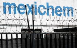 Imagen de archivo de una vista general del logo de la compañía de Mexichem en Ciudad de México, 24 de noviembre de 2011.  El conglomerado químico industrial mexicano Mexichem, uno de los mayores del país, dijo el martes que espera comenzar a operar una planta de cogeneración de 650 millones de dólares para la petrolera estatal Pemex en la primera mitad de 2018. REUTERS/Carlos Jasso