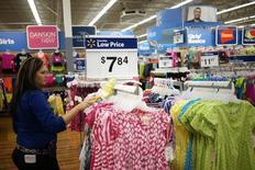 Imagen de archivo de una empleada ordenando prendas de ropa al interior de un supermercado de la cadena Walmart en Bentonville, jun 5 2014. Un indicador del gasto del consumidor en Estados Unidos subió fuertemente en junio, en la más reciente señal de que la mayor economía del mundo terminó el segundo trimestre de forma más sólida.  REUTERS/Rick Wilking