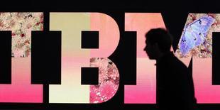 International Business Machines va s'associer avec Apple pour vendre des iPhones et des iPads équipés d'applications destinées à une clientèle d'entreprises. Ces applications seront adaptées aux secteurs de la distribution, de la santé, de la banque, du tourisme, des transports et des télécommunications et seront disponibles cet automne. /Photo d'archives/REUTERS/Tobias Schwarz