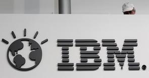 El logo de IBM en su puesto en la feria tecnológica CeBIT en Hanover, Alemania, feb 26 2011. International Business Machines Corp anunció que se asociará con Apple Inc para vender iPhones e iPads equipados con aplicaciones para clientes empresariales, a sólo dos días de la presentación de sus resultados.     REUTERS/Tobias Schwarz