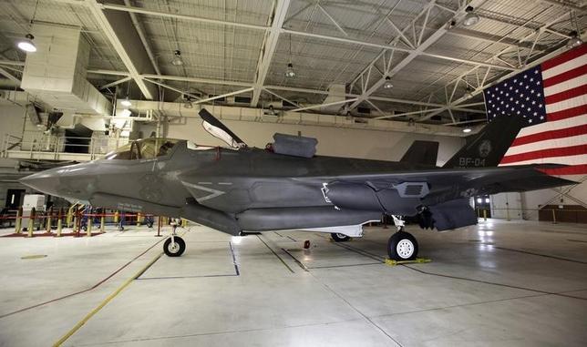 7月14日、最新鋭ステルス戦闘機「F35」の出火事故は、数千機に上る米軍の戦闘機が確実には飛べなくなる事態さえ予感させるものだ。 写真はF35戦闘機。米メリーランド州で2012年1月撮影(2014年 ロイター/Yuri Gripas)