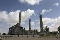 Нефтяной терминал в ливийском городе Эз-Зуэйтина 7 апреля 2014 года. Цены на нефть растут за счет сообщений о неожиданно быстром росте китайской экономики во втором квартале и повышении расчетного потребления нефти в Китае. REUTERS/Esam Omran Al-Fetori
