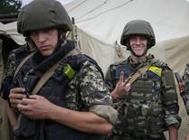 Солдаты Нацгвардии Украины на базе в Славянске 15 июля 2014 года. США пообещали Украине попытаться уговорить европейских партнеров ужесточить санкции против России, однако Европа не спешит с переходом на новый уровень эскалации и на саммите в среду, скорее всего, воздержится от секторальных ограничений. REUTERS/Gleb Garanich