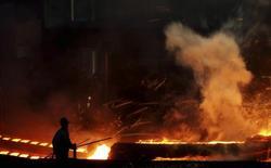 Цех металлургического комбината в Даляне в провинции Ляонин 11 октября 2013 года. Рост ВВП Китая слегка превзошел ожидания во втором квартале благодаря господдержке, однако аналитики считают, что Пекину потребуется дальнейшее стимулирование для достижения ориентира роста в 2014 году. REUTERS/China Daily