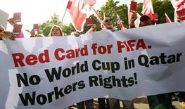 Membros do sindicato suíço UNIA protestam na sede da Fifa, em Zurique, enquanto comitê da entidade discutem situação da Copa no Catar.  3/9/2013. REUTERS/Arnd Wiegmann