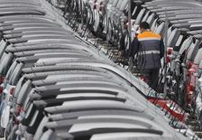 Les commandes de voitures neuves en France ont fait du surplace le mois dernier, selon la Lettre Auto K7, signe que la reprise de la demande observée depuis le début de l'année reste très fragile chez les particuliers. /Photo d'archives/REUTERS/Vincent Kessler