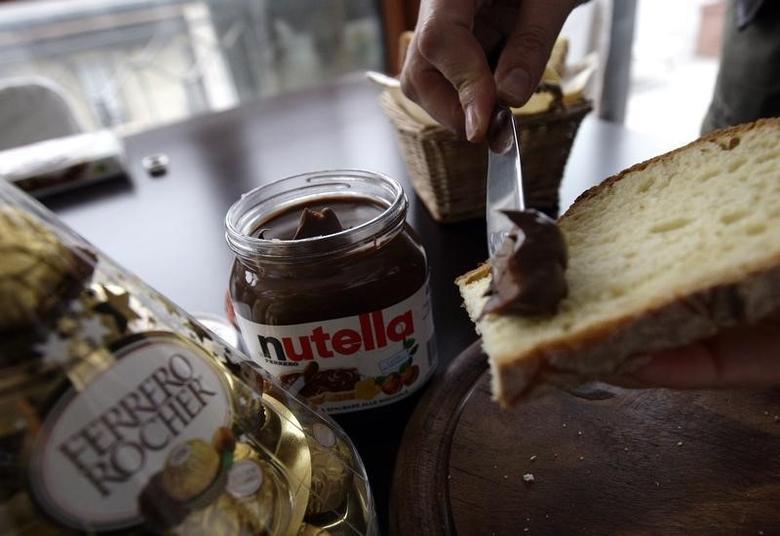 A woman spreads Nutella on a slice of bread in Milan November 20, 2009.  REUTERS/Stefano Rellandini
