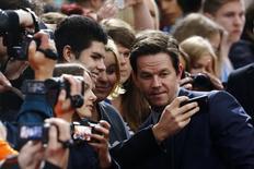 """Mark Wahlberg posa para foto antes da premiére de  """"Transformers: A Era da Extinção"""" em Berlim. 29/06/2014 REUTERS/Thomas Peter"""