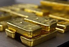 Слитки золота в хранилище Pro Aurum в Мюнхене 3 марта 2014 года.  Крупнейший производитель золота в РФ Полюс Золото увеличил продажи на 14 процентов во втором квартале в годовом сравнении до $527 миллионов, сообщила компания в четверг. REUTERS/Michael Dalder