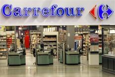 Carrefour a nettement accéléré la cadence au deuxième trimestre, signant sa meilleure croissance organique (+4,9%) depuis plus de cinq ans, grâce à une nouvelle amélioration de ses ventes en France, à un retour à la croissance en Italie et à de solides performances au Brésil. /Photo d'archives/REUTERS/Charles Platiau
