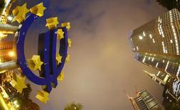 La Banque centrale européenne a présenté jeudi la procédure de communication des résultats de ses futurs tests de résistance bancaire ainsi que le document type de leur présentation. L'institution européenne donnera aux banques deux semaines pour présenter leurs stratégies dans le cas d'un déficit de fonds propres avéré.  /Photo d'archives/REUTERS/Kai Pfaffenbach