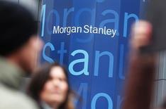 Morgan Stanley a plus que doublé son bénéfice trimestriel ajusté, à 1,86 milliard de dollars, la forte performance de sa banque d'investissement et de sa gestion de fortune ayant plus que compensé une baisse du revenu du trading obligataire. /Photo d'archives/REUTERS/Shannon Stapleton