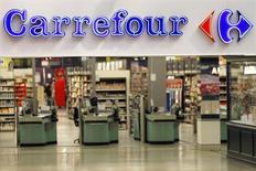 En la imagen, el logo de Carrefour en un supermercado de Charenton Le Pont, cerca de París, el 29 de agosto de 2013.  Carrefour, la segunda mayor cadena minorista del mundo, reportó sus mejores ventas trimestrales en cinco años gracias a las señales de recuperación en el sur de Europa, donde incluso su negocio en Italia volvió a crecer ayudado por las promociones durante el Mundial de fútbol. REUTERS/Charles Platiau