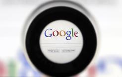 Google a annoncé jeudi un chiffre d'affaires en hausse de 22% au titre du deuxième trimestre, à la faveur d'une forte demande pour les publicités en ligne. /Photo d'archives/REUTERS/Francois Lenoir