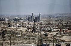Станки-качалки на месторождении Midway Sunset в Калифорнии 29 апреля 2013 года. Цены на нефть растут на волне новых геополитических опасений после авиакатастрофы на Украине. REUTERS/Lucy Nicholson