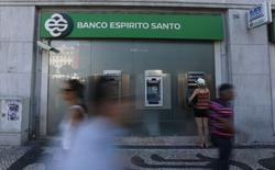 Des enquêtes sont en cours au Portugal sur la galaxie familiale Espirito Santo, principale actionnaire de la banque BES, tandis que Portugal Telecom prépare une action en justice contre l'une des holdings du groupe après un défaut de paiement sur un prêt. /Photo prise le 11 juillet 2014/REUTERS/Rafael Marchante