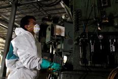 Un trabajador realiza faenas de mantenimiento en un edificio de la corporación Meco en Saltillo, México, ene 25 2011. La tasa de desempleo desestacionalizada de México bajó en junio hasta su menor nivel en cuatro meses, en una señal de que la segunda economía de América Latina se estaría recuperando tras un lento inicio de año. REUTERS/Tomas Bravo