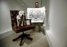 Artista de rua Dolan e seu chachorro posam em galeria de Londres. 04/02/2014 REUTERS/Luke MacGregor