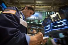 Un operador en la bolsa de Wall Sreet en Nueva York, JUL 18 2014. Las acciones estadounidenses subieron el viernes, logrando recuperarse luego de que el S&P 500 terminó la sesión anterior con su mayor caída desde el 10 de abril. Los tres principales índices de Wall Street cerraron la semana en alza. REUTERS/Brendan McDermid