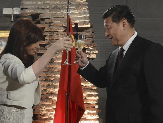 Argentine President Cristina Fernandez de Kirchner (L) and her Chinese counterpart Xi Jinping make a toast during an official dinner at the Casa Rosada government palace in Buenos Aires July 18, 2014.  REUTERS/Argentine Presidency/Handout via Reuters