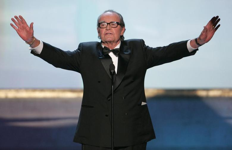 Actor James Garner holds out his arms at the 11th annual Screen Actors Guild awards at the Shrine Auditorium in Los Angeles in this February 5, 2005 file photo.  REUTERS/Lucy Nicholson/Files