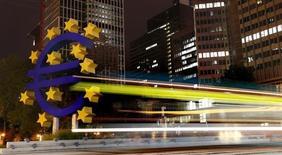Символ валюты евро у здания ЕЦБ во Франкфурте-на-Майне 2 сентября 2013 года. Курс евро растет с пятимесячного минимума, но торги в Азии вялые в связи с праздником в Японии и опасениями за геополитическую ситуацию. REUTERS/Kai Pfaffenbach