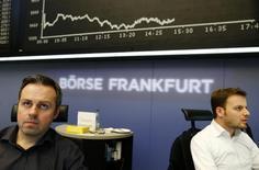 Трейдеры на Франкфуртской фондовой бирже 3 марта 2014 года. Европейские фондовые рынки снижаются во главе с немецкими акциями из-за кризиса на Украине. REUTERS/Ralph Orlowski