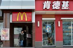 Imagen de archivo de un restaurante de la cadena McDonald's junto a otro de la cadena KFC en Taiyuan, China, ene 17 2013. McDonald's Corp y Yum Brands Inc enfrentaban un nuevo problema de seguridad alimentaria en China relacionado con manipulación de carne, en un nuevo revés para sus esfuerzos por mejorar sus reputaciones e impulsar sus negocios luego del escándalo surgido en 2012 en uno de sus mayores mercados. REUTERS/Stringer