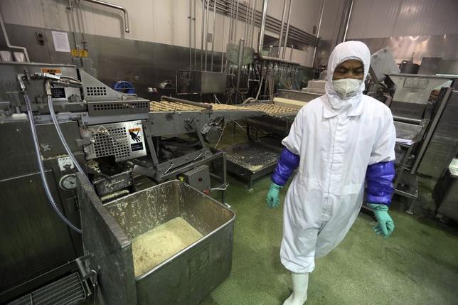 7月22日、米食品卸売会社OSIグループの中国法人である上海福喜食品をめぐる食品安全問題が、日本マクドナルドなどにも影響。写真は20日、上海当局が閉鎖する前の同社の生産ラインの様子(2014年 ロイター)