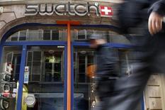 Магазин Swatch в Страсбурге 12 марта 2009 года. Чистая прибыль Swatch Group упала в первом полугодии на 11,5 процента из-за роста курса швейцарского франка и расходов на сочинскую Олимпиаду, однако крупнейший в мире производитель часов с оптимизмом смотрит на вторую половину года. REUTERS/Vincent Kessler