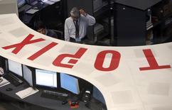 Трейдеры на Токийской фондовой бирже 3 марта 2014 года. Азиатские фондовые рынки выросли во вторник, несмотря сохраняющееся беспокойство по поводу кризисов на Украине и в секторе Газа, в то время как японская иена снизилась к доллару США и евро. REUTERS/Issei Kato