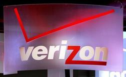 Verizon Communications affiche une hausse de 6% de son chiffre d'affaires trimestriel, en raison d'une hausse de 53% du nombre de ses abonnés mensuels. Toutefois, le premier opérateur mobile américain voit son bénéfice net diminuer à 4,3 milliards de dollars au deuxième trimestre contre 5,2 milliards un an auparavant, en raison notamment d'une augmentation des charges d'intérêts. /Photo d'archives/REUTERS/Rick Wilking