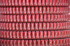 Coca-Cola fait état d'une baisse de 3% du bénéfice net dégagé au titre du deuxième trimestre, en raison notamment de la restructuration de ses activités jus de fruits en Russie et de la scission de sa filiale embouteillage au Brésil. Le numéro un mondial des boissons non-alcoolisées a vu son résultat revenir à 2,60 milliards de dollars contre 2,68 milliards il y a un an.  /Photo prise le 12 juin, 2014/REUTERS/Dylan Martinez