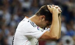 """Нападающий """"Реала"""" Альваро Мората во время матча чемпионата Испании против """"Валенсии"""" в Мадриде 4 мая 2014 года. Испанский нападающий Альваро Мората травмировал колено на первой же тренировке в """"Ювентусе"""" и выбыл из строя на семь недель, сообщили туринцы. REUTERS/Sergio Perez  (SPAIN - Tags: SPORT SOCCER)"""
