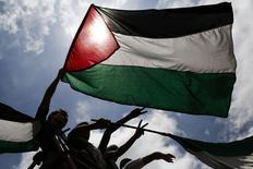 Une nouvelle manifestation pro-palestinienne se tiendra mercredi à Paris à l'appel du collectif national pour la paix entre Israéliens et Palestiniens quelques jours après les débordements qui ont émaillé des rassemblements pro-Gaza non autorisés.  Le préfecture de police de Paris a donné son feu vert au collectif, qui regroupe plusieurs associations, syndicats et partis politiques. /Photo d'archives/REUTERS/Carlos Garcia Rawlins