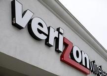 Imagen de archivo de una tienda de Verizon en Del Mar, EEUU, jun 6 2013. Verizon Communications Inc, la mayor compañía de telecomunicación inalámbrica de Estados Unidos, reportó ingresos trimestrales mejores a lo esperado ante un aumento en la base de clientes de servicio móvil y en las ventas de tabletas.     REUTERS/Mike Blake
