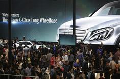 Люди изучают новые модели Mercedes Benz на выставке  Auto China в Пекине 20 апреля 2014 года. Операционная прибыль от основных операций немецкой Daimler выросла на 12 процентов во втором квартале благодаря новым моделям, включая седан C-класса и лимузин S-класса. REUTERS/Jason Lee